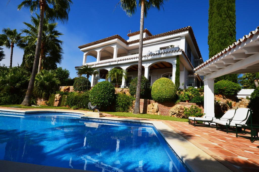 Marbella East, Elegant and spacious beachside villa for sale in Bahia de Marbella, Marbella East