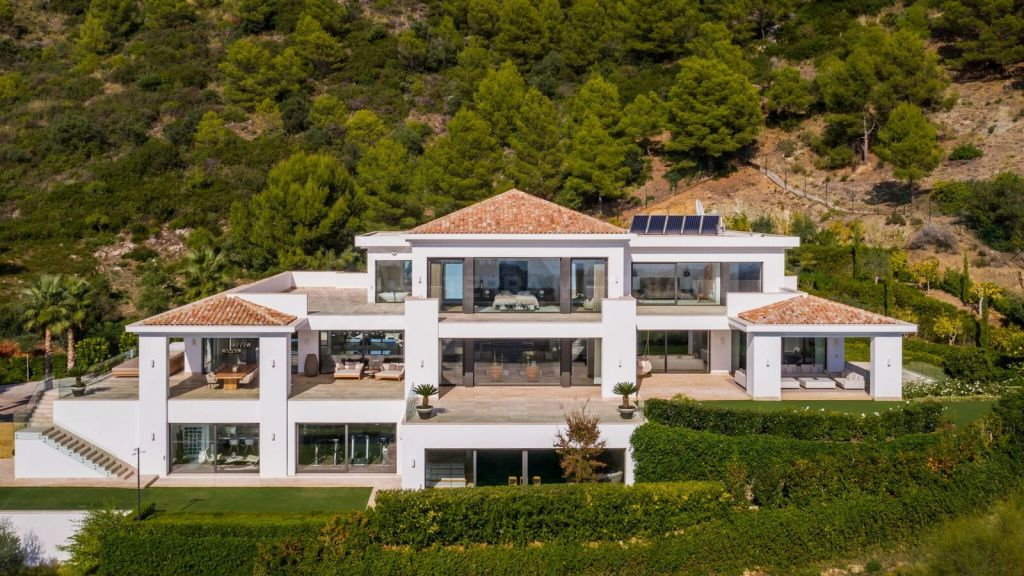 Marbella Golden Mile, Stunning villa for sale in Cascada de Camojan