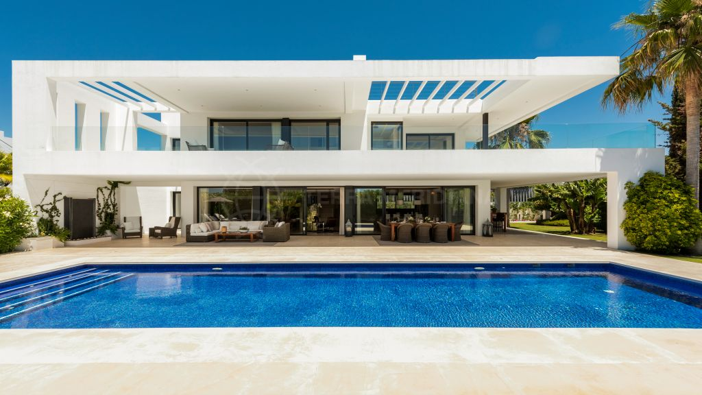 Marbella Golden Mile, Spacious contemporary villa with sea views for sale in Altos de Puente Romano, Marbella Golden Mile