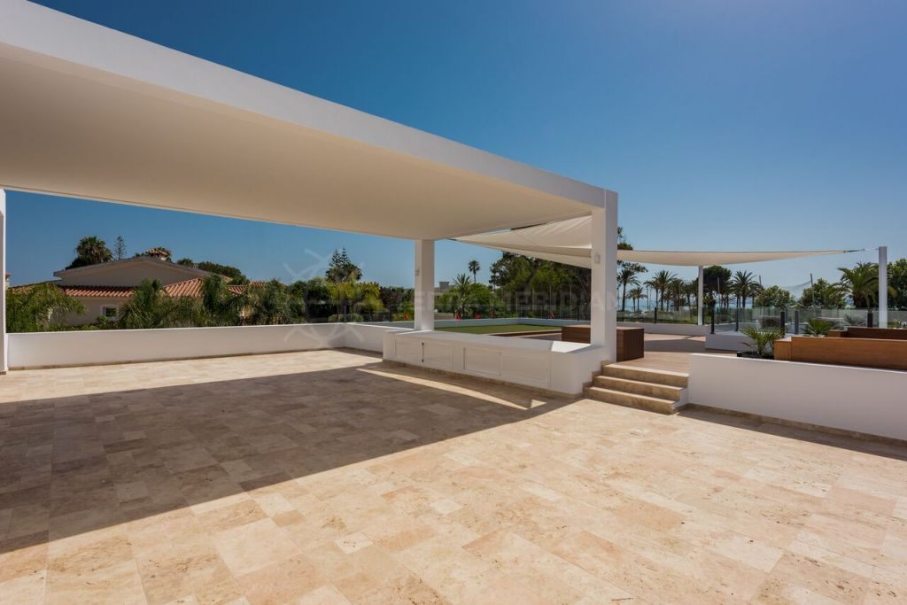 Estepona, Contemporary new Villa for sale in a corner plot in Casasola with excellent sea views