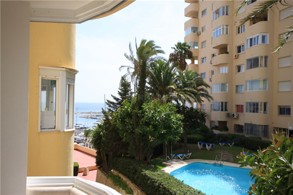 Estepona, Apartment in move in condition for sale in Puerto Paraiso, with pool views and partial sea views.
