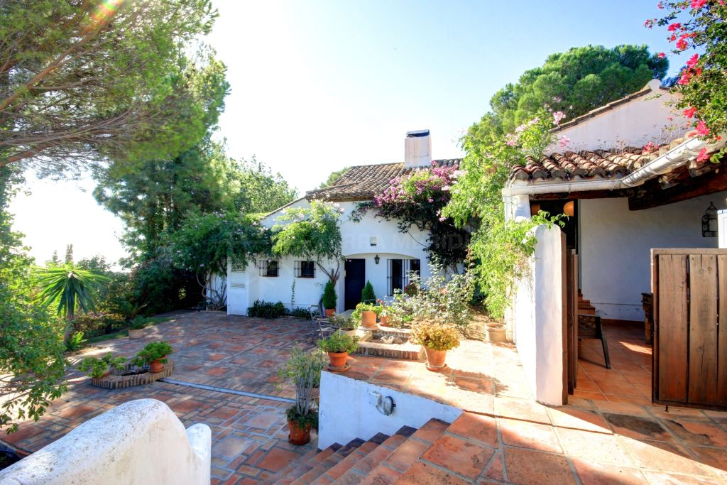 Estepona, Classic style villa for sale in Los Reales with private swimming pool and sea views