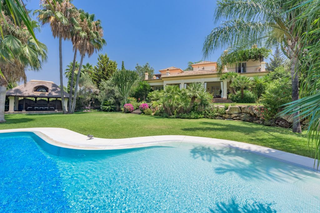 Estepona, Classical style 5 bedroom villa for sale in el Paraiso Medio overlooking El Paraiso Golf