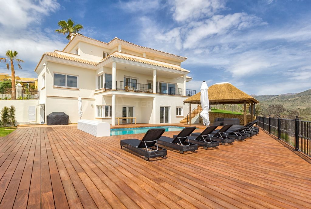 Marbella East, Recently renovated 5 bedroom villa for sale in the gated complex of El Rosario in Marbella