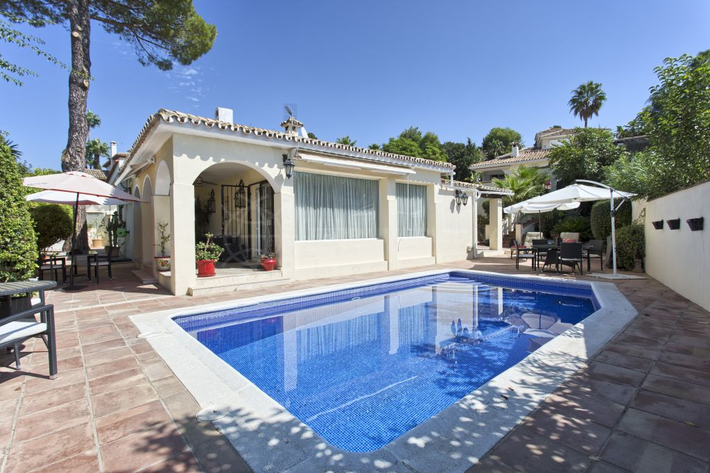 San Pedro de Alcantara, Bungalow style villa for sale in Guadalmina Alta, close to the golf course and private swimming pool