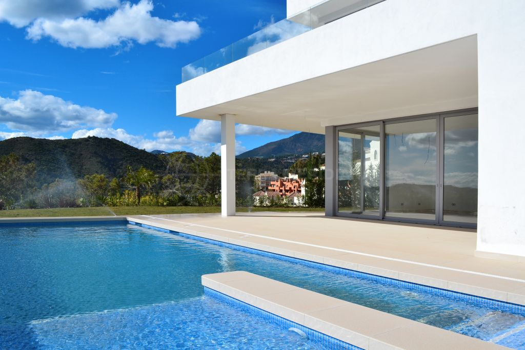 Benahavis, 4 bedroom contemporary villa for sale in Puerto del Capitan in Benahavis, with panoramic views