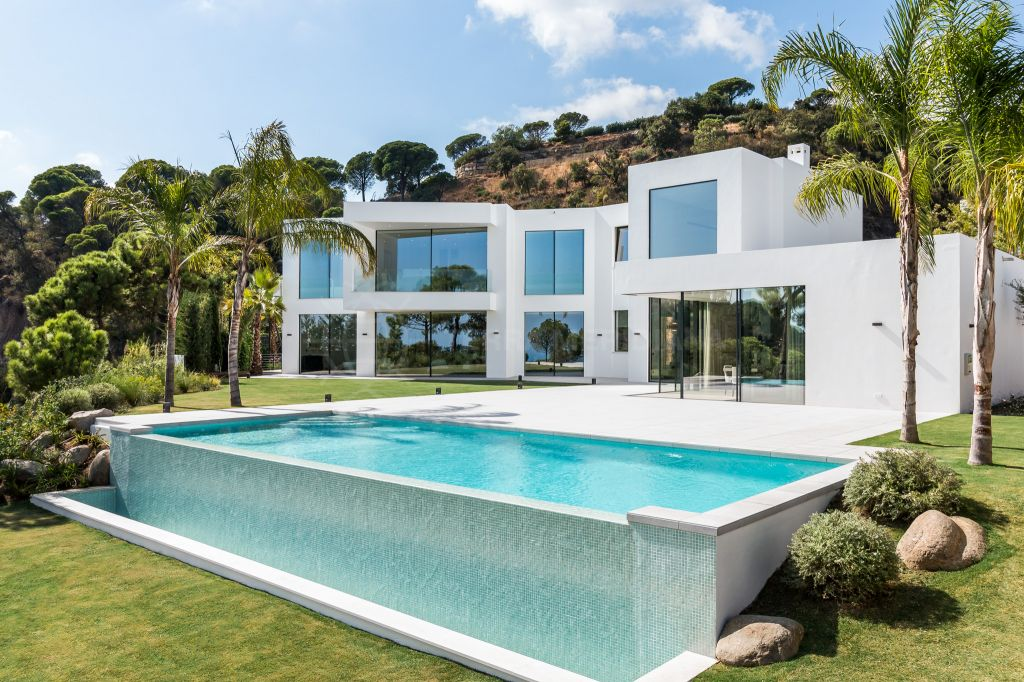 Benahavis, Newly built contemporary luxury villa for sale in El Madroñal, Benahavis