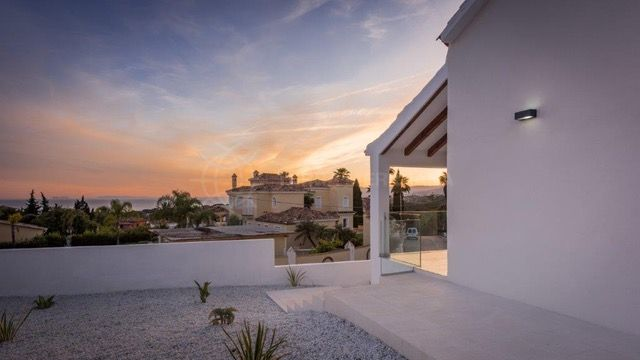 Marbella East, Fabulous contemporary villa with sea views for short-term rental in El Rosario, Marbella East (Marbella)