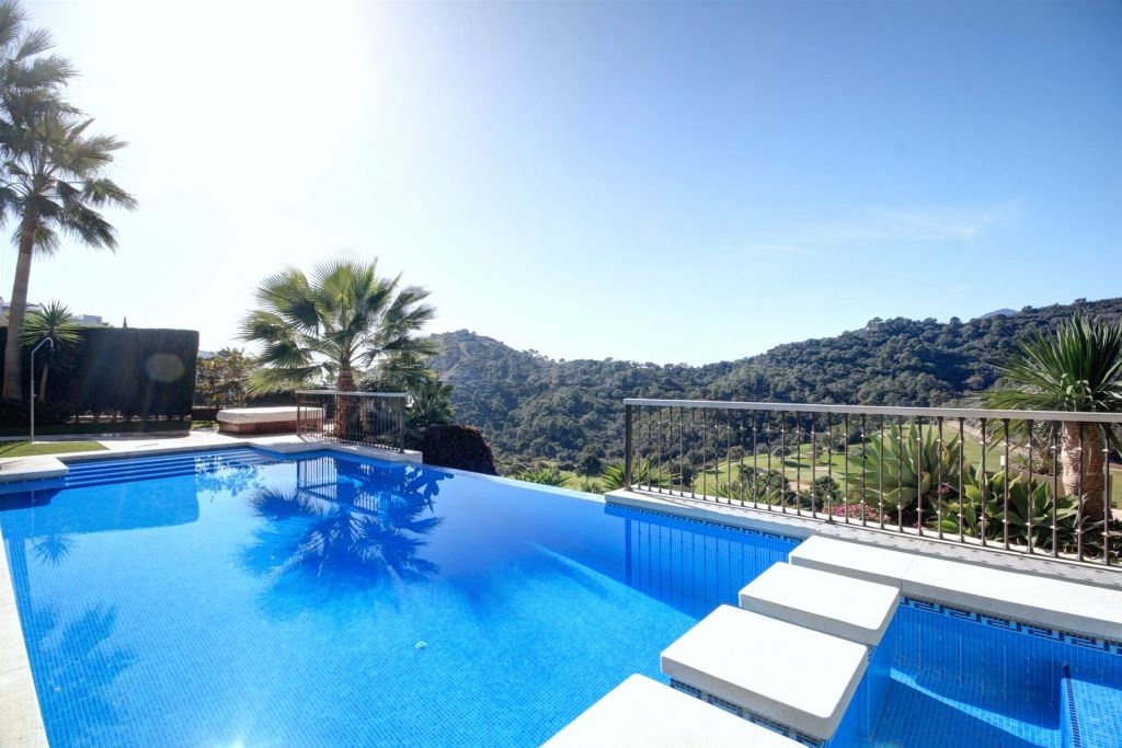 Benahavis, Beautiful villa for sale in Los Arqueros, Benahavis, with panoramic golf views