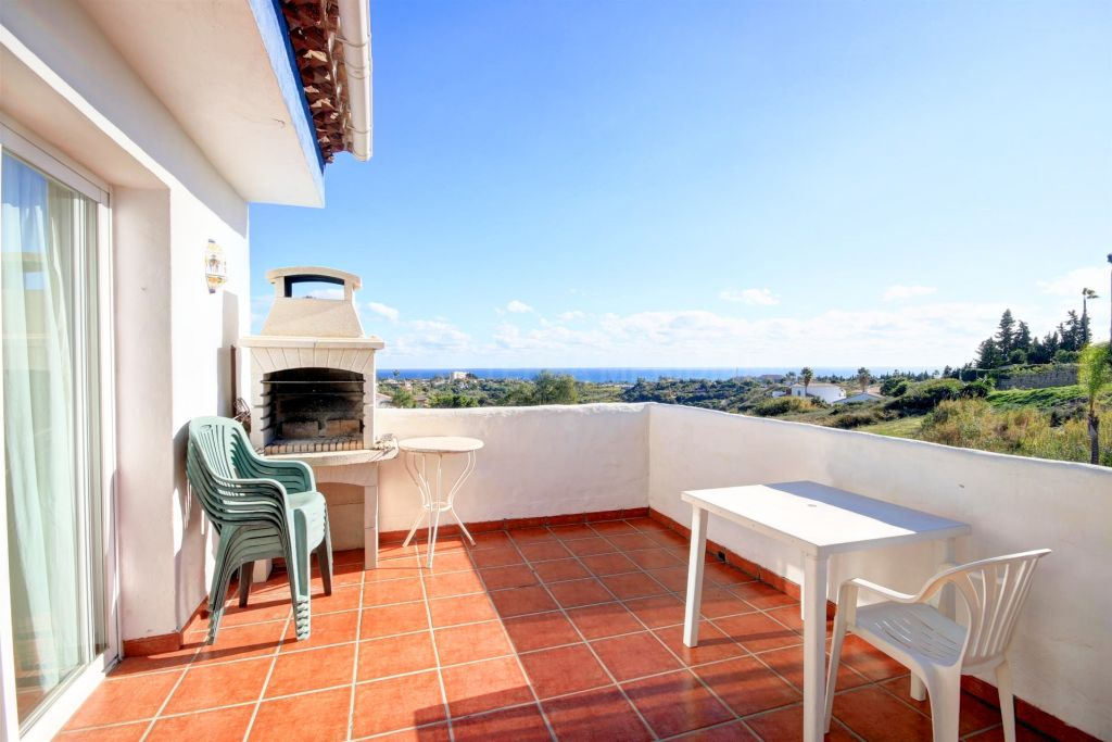 Estepona, Townhouse in move in condition for sale in Puerto Romano in Estepona, with terrace and sea views