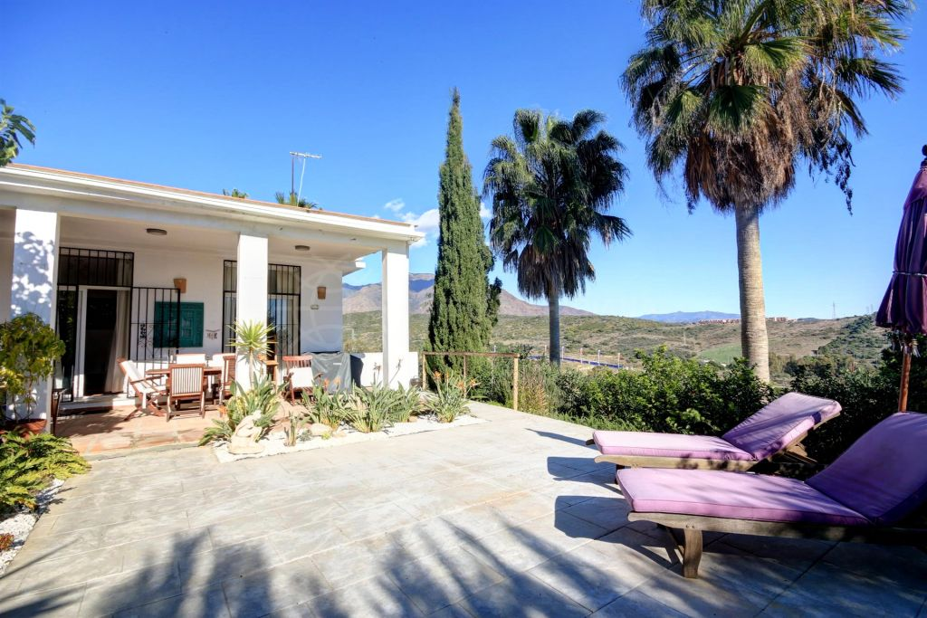 Estepona, Front line golf villa for sale with sea views close to Estepona town