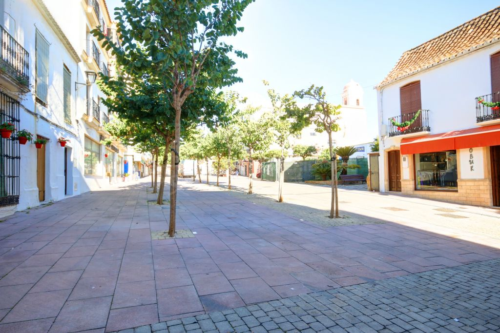 Estepona, Immaculate ground floor apartment for sale on a charming square in Estepona old town centre, 100 m from the beach