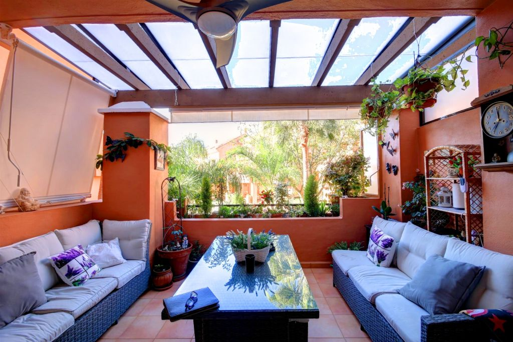 Estepona, Immaculate apartment for sale in the private community of La Fragata close to Estepona Port and the beach