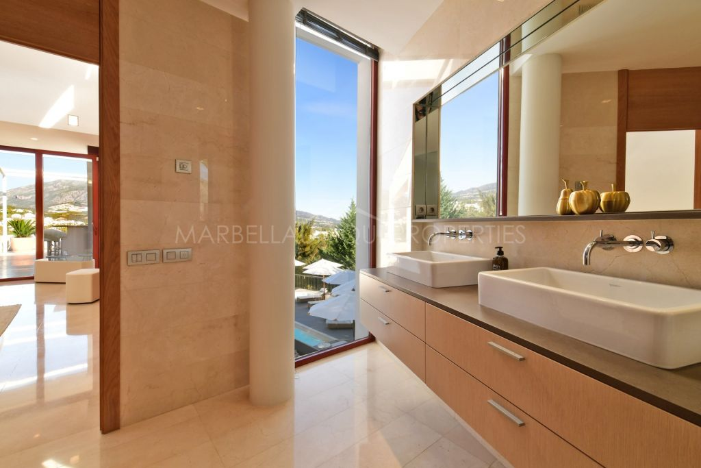 Spectacular modern villa with amazing views in Nueva Andalucía