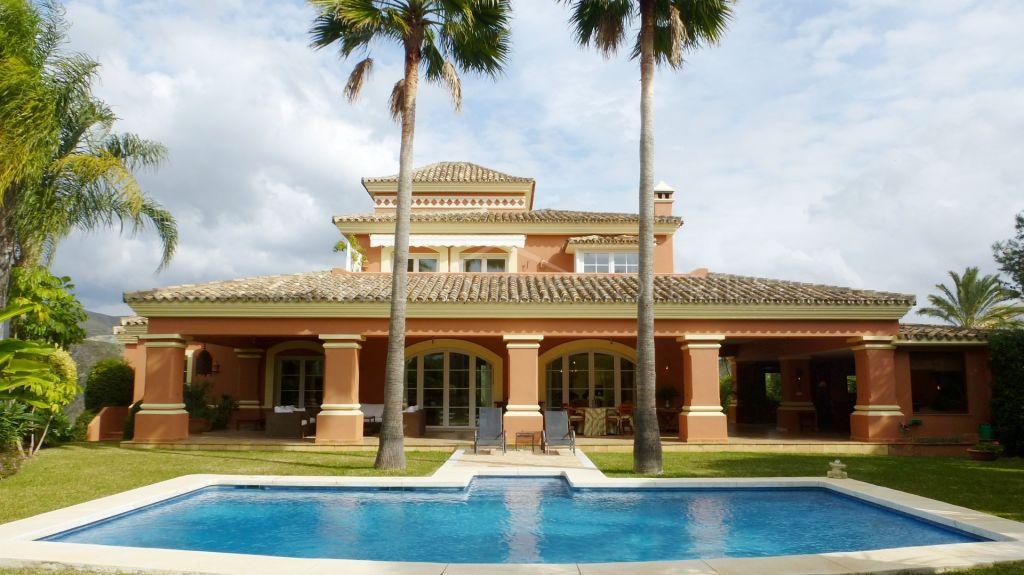 Frontline golf top quality villa in Altos de La Quinta with beautiful views