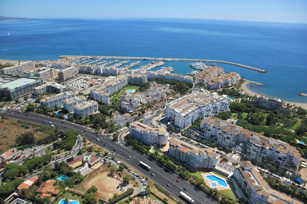 A luxurious penthouse frontline in Puerto Banus