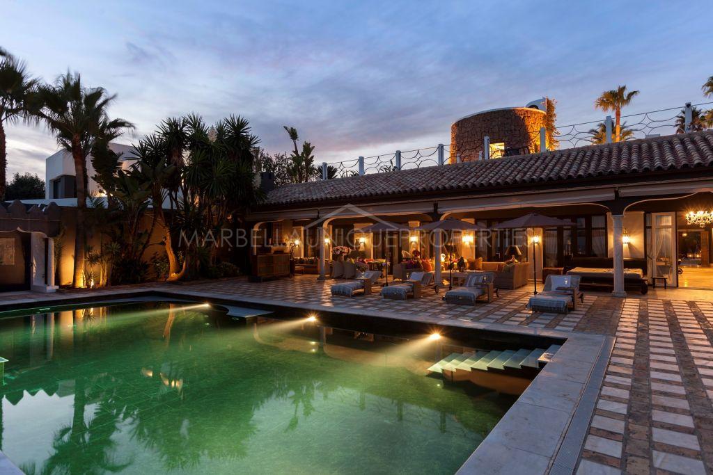 Espectacular villa en primera línea de mar en Los Monteros Playa