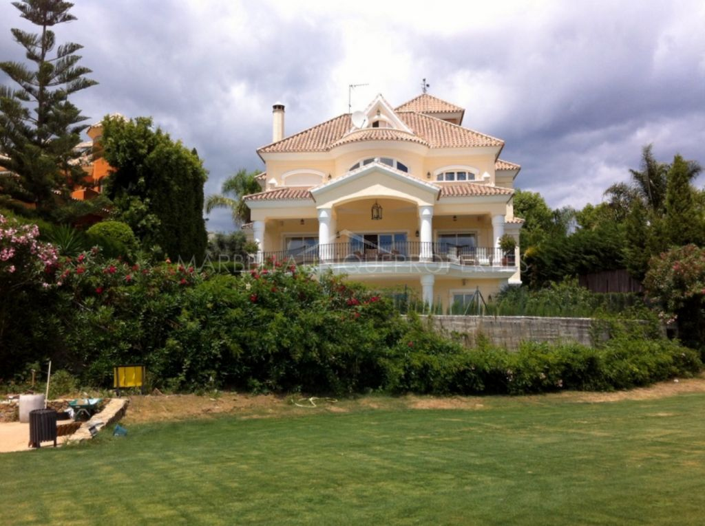 Spectacular front line golf villa for sale in Nueva Andalucia
