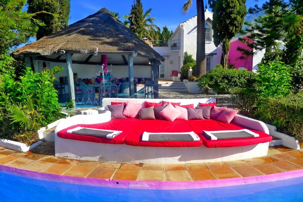 Maravillosa villa de estilo Pop Art en Marbella Hill Club en la Milla de Oro de Marbella