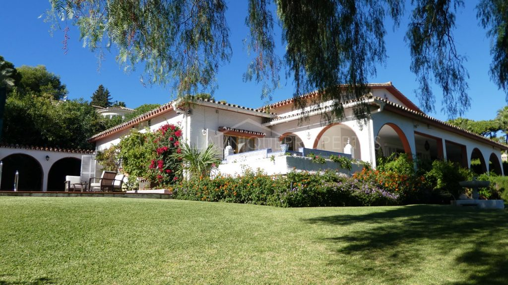 Large family villa boasting 3+1 bedrooms in the heart of Las Brisas with sea views