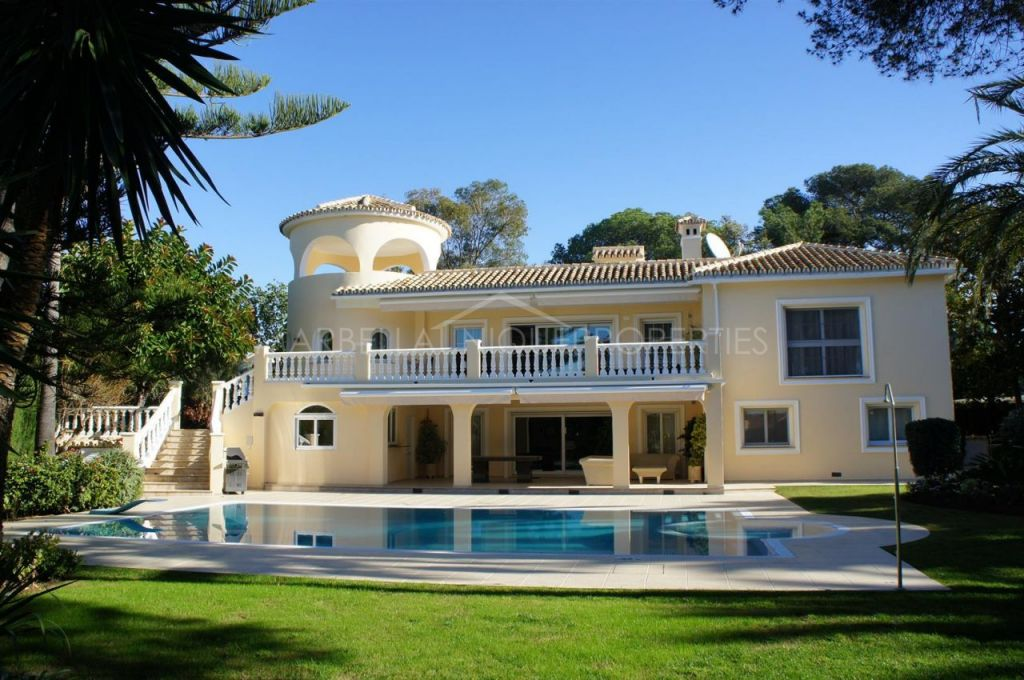 A SPACIOUS AND BRIGHT 5 BEDROOMS VILLA IN MARBESA, WALKING DISTANCE TO THE BEACH