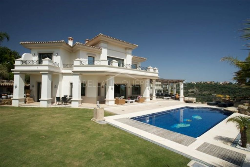 Elegant 4 bedroom frontline golf villa in Los Arqueros, Benahavis