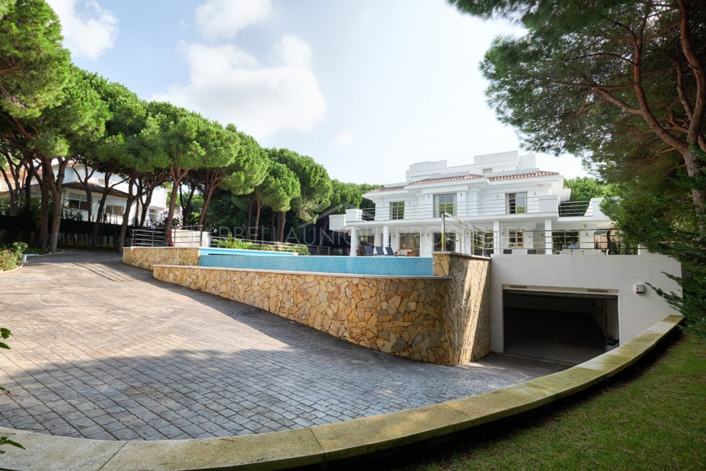 An exclusive 5 bedroom villa in Hacienda Las Chapas, Marbella East