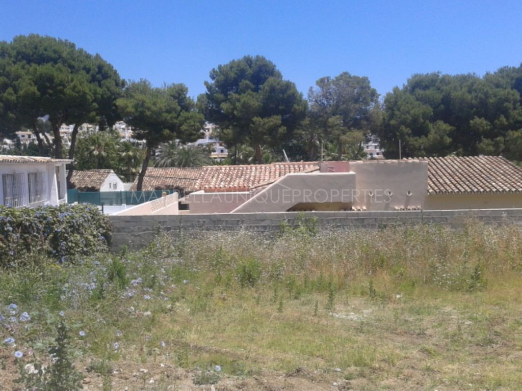 A fantastic private plot for a family villa in Nueva Andalucía