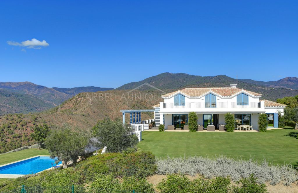 A Luxurious 4 bedroom villa with panoramic sea and mountain views in Monte Mayor, Benahavis