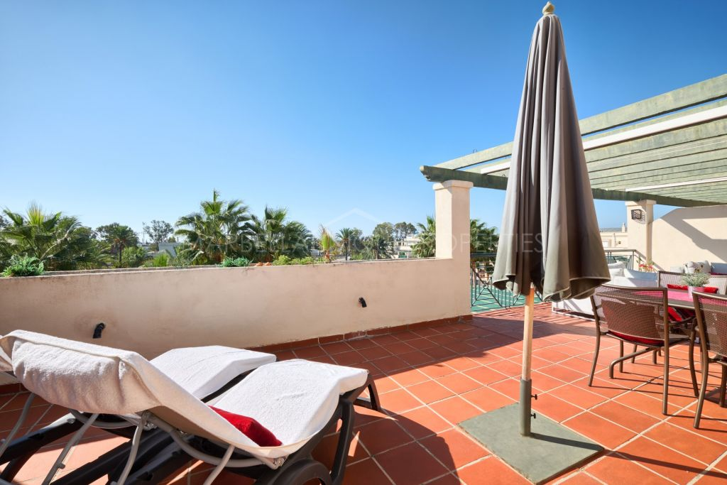 A spacious 2 bedroom penthouse in Altos del Rodeo (Locrimar), Nueva Andalucia