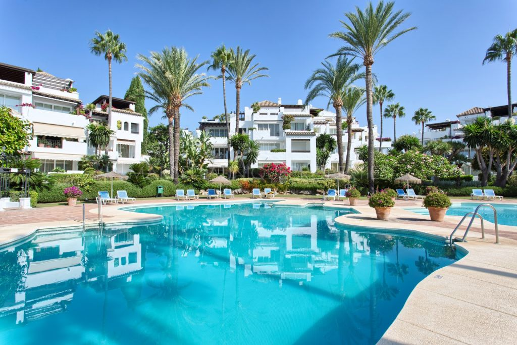 Spacious 3 bedroom duplex penthouse in frontline complex Alcazaba beach, Estepona