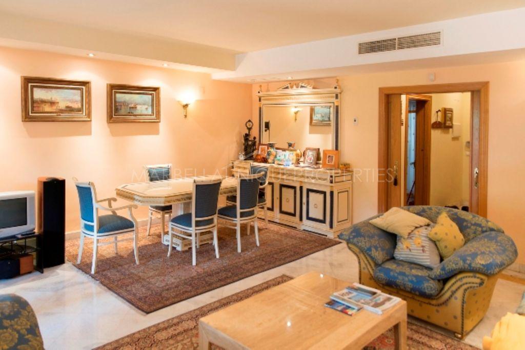 Una casa adosada con 4 dormitorios en Lomas de Puente Romano, Marbella Milla de Oro