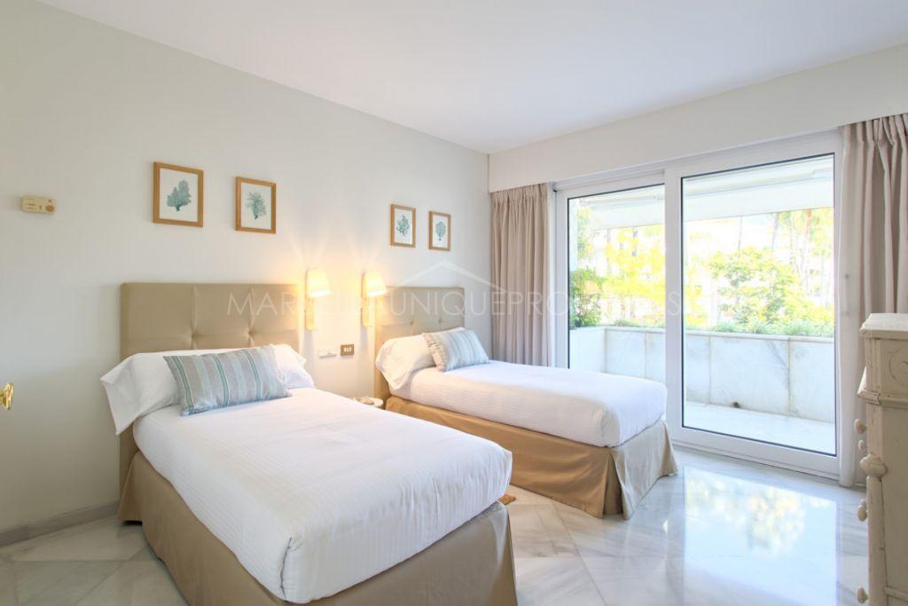 Fantástico apartamento en Los Granados, primera línea de playa en Puerto Banús