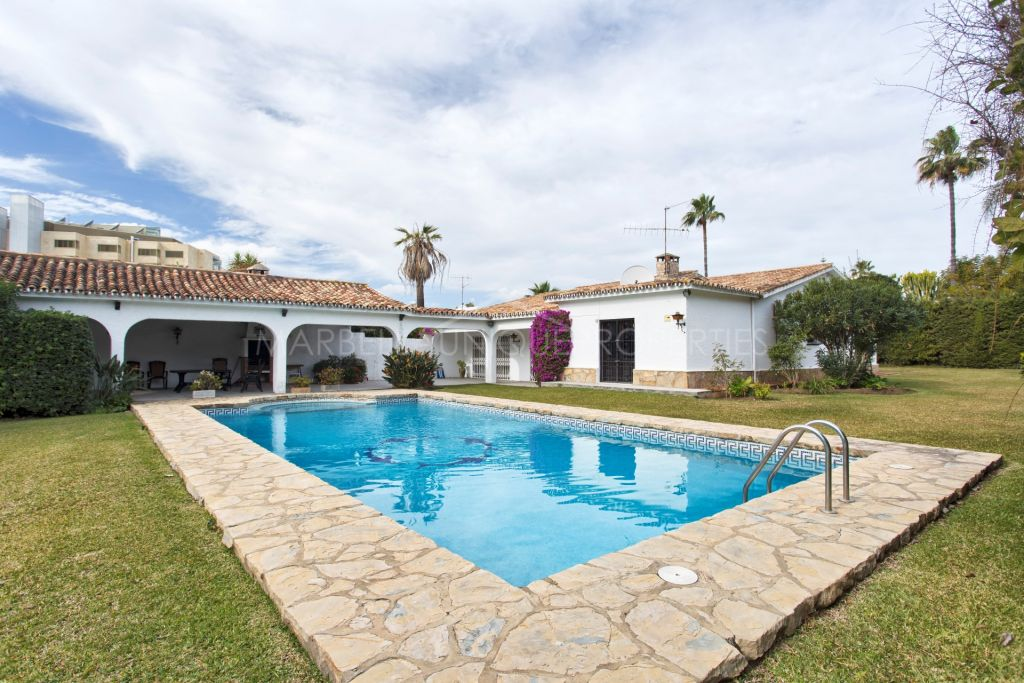 Rustic villa on a huge plot, offering renovation projects on the beach side in Atalaya Park