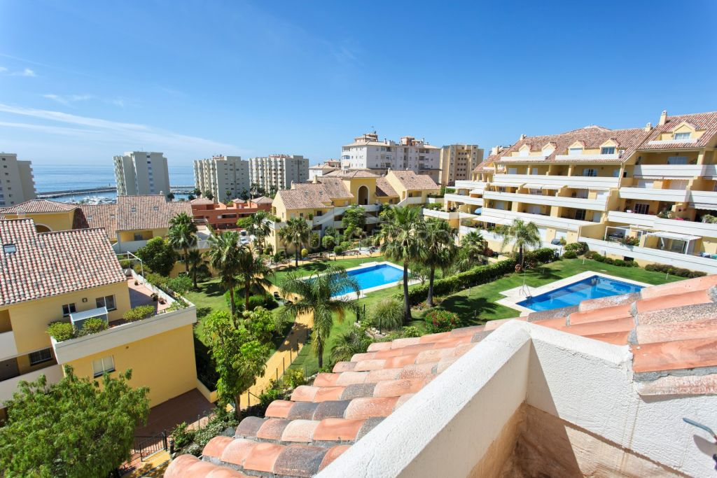 Central duplex penthouse with 3 bedrooms in Estepona's harbor