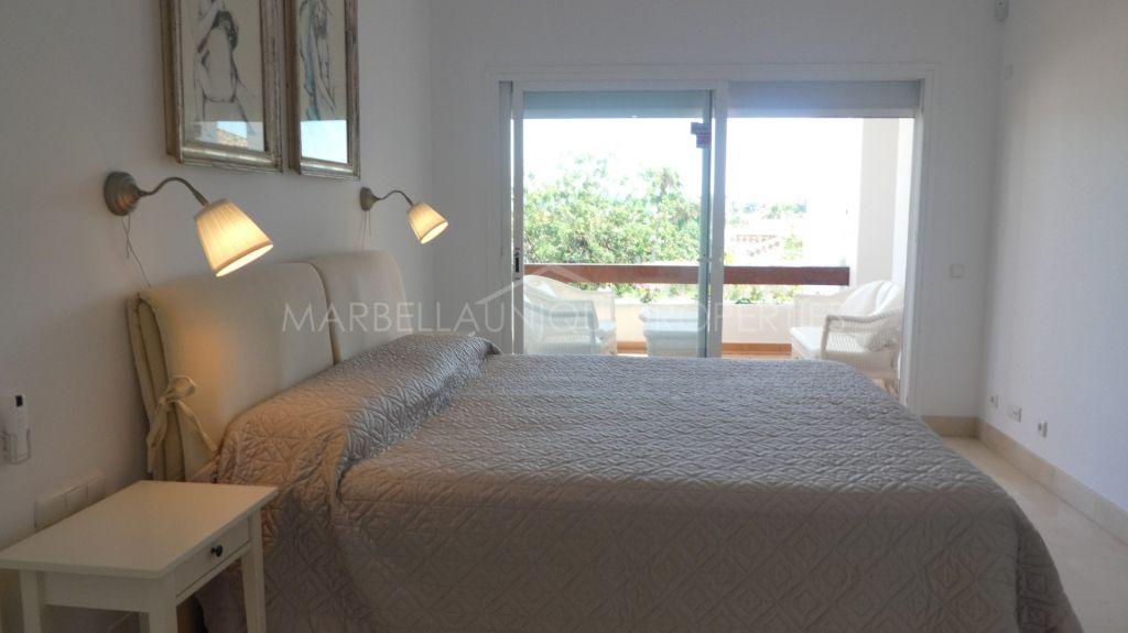 A spacious ground floor 3 bedroom apartment in Las Tortugas de Aloha, Nueva Andalucia