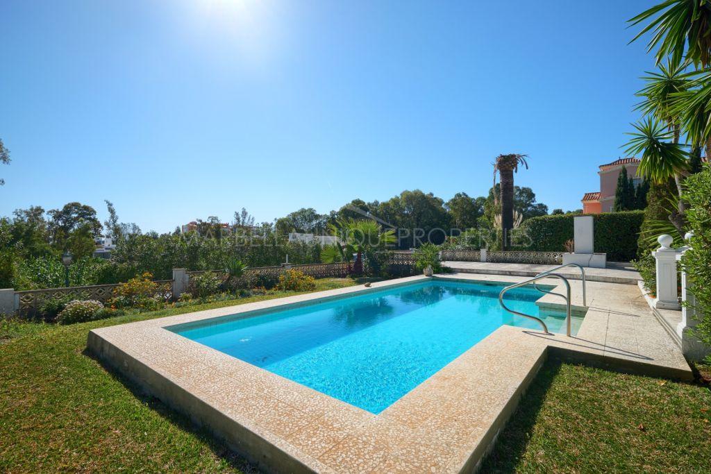 Una encantadora villa de 3 dormitorios en Finca Pernet, Nueva Atalaya, Estepona