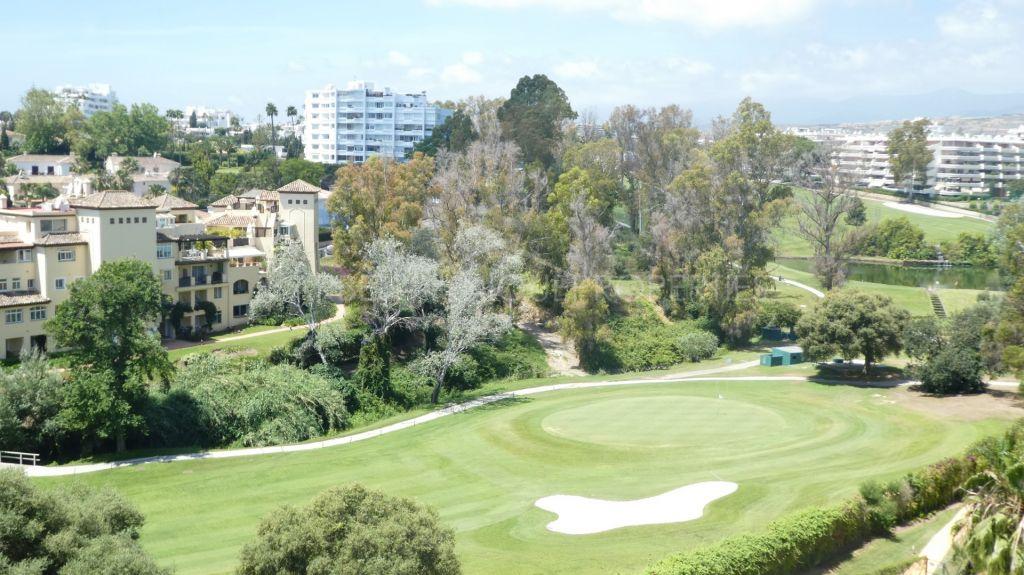 A frontline golf 3 bedroom duplex penthouse in Guadalcantara Golf, Guadalmina Alta