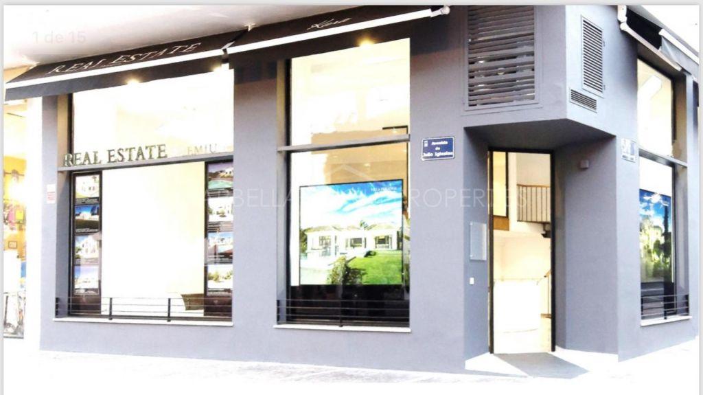 Corner commercial unit in Puerto Banus