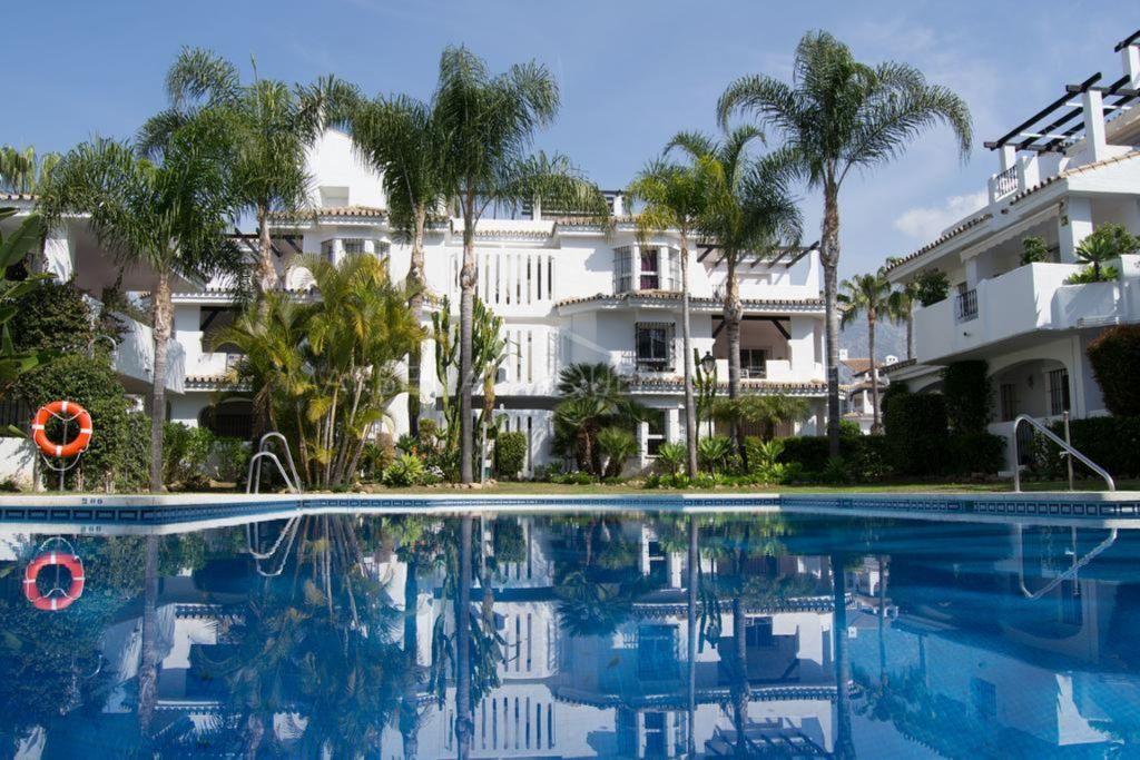 Un apartamento de 3 dormitorios en planta baja en Los Naranjos de Marbella