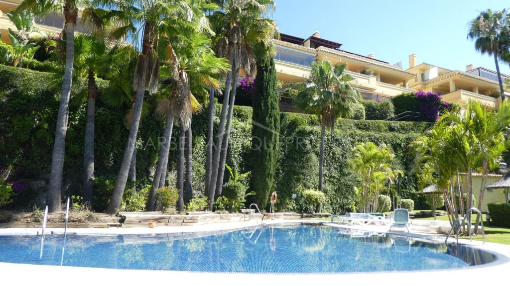 Fantastic apartment located in one of the most sought-after urbanizations in Marbella at the foot of the magnificent La Concha mountain