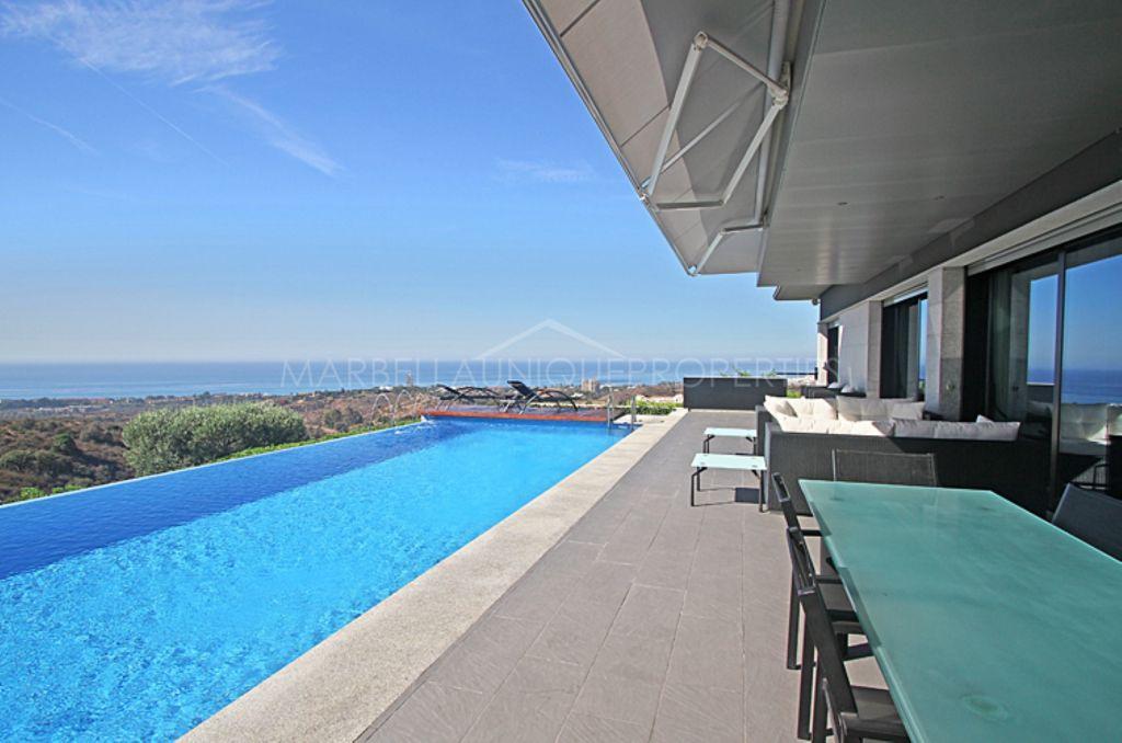 Panoramic views, stunning modern villa in Altos de Los Monteros