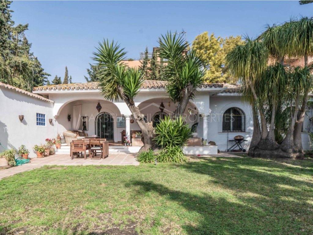 A charming beachside villa on one level in El Paraiso Barronal