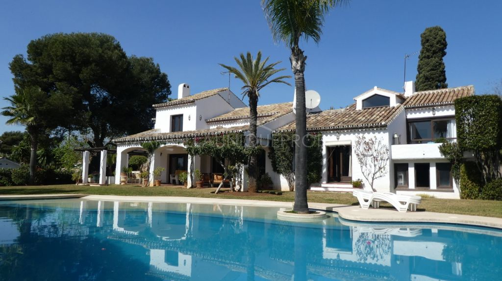 Charismatic second line beach villa in El Paraiso Barronal