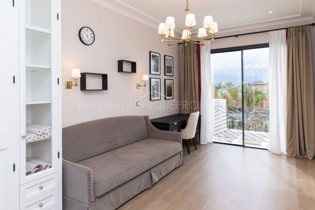 Una villa elegante a estrenar con 6 dormitorios en Los Flamingos
