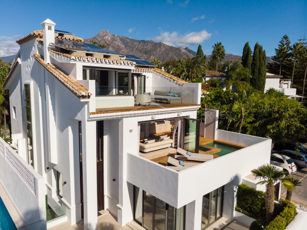 Opulent beachside villa located in the prestigious Puente Romano resort on Golden Mile