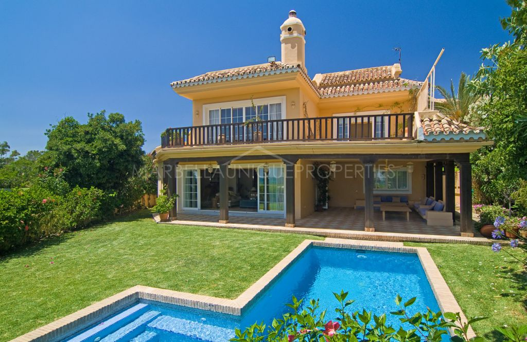 Rustic-style villa on the beach and golf front in Guadalmina baja, Marbella