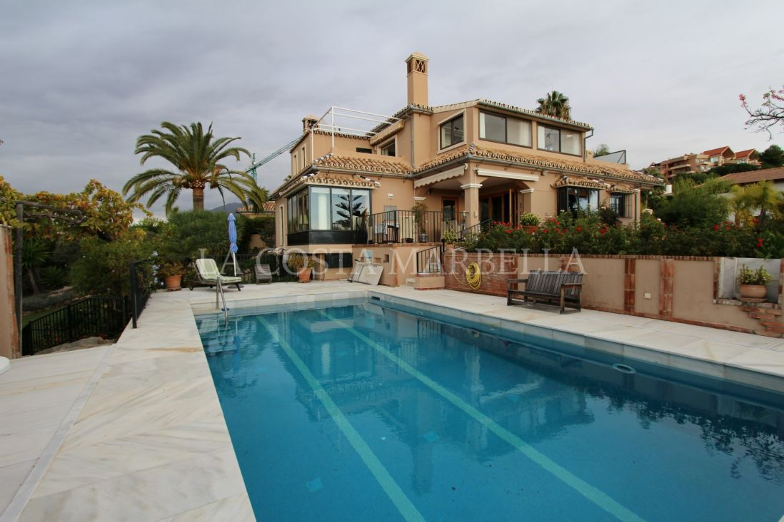 Nueva Andalucia, Just Listed! Villa in Nueva Andalucia with open views.