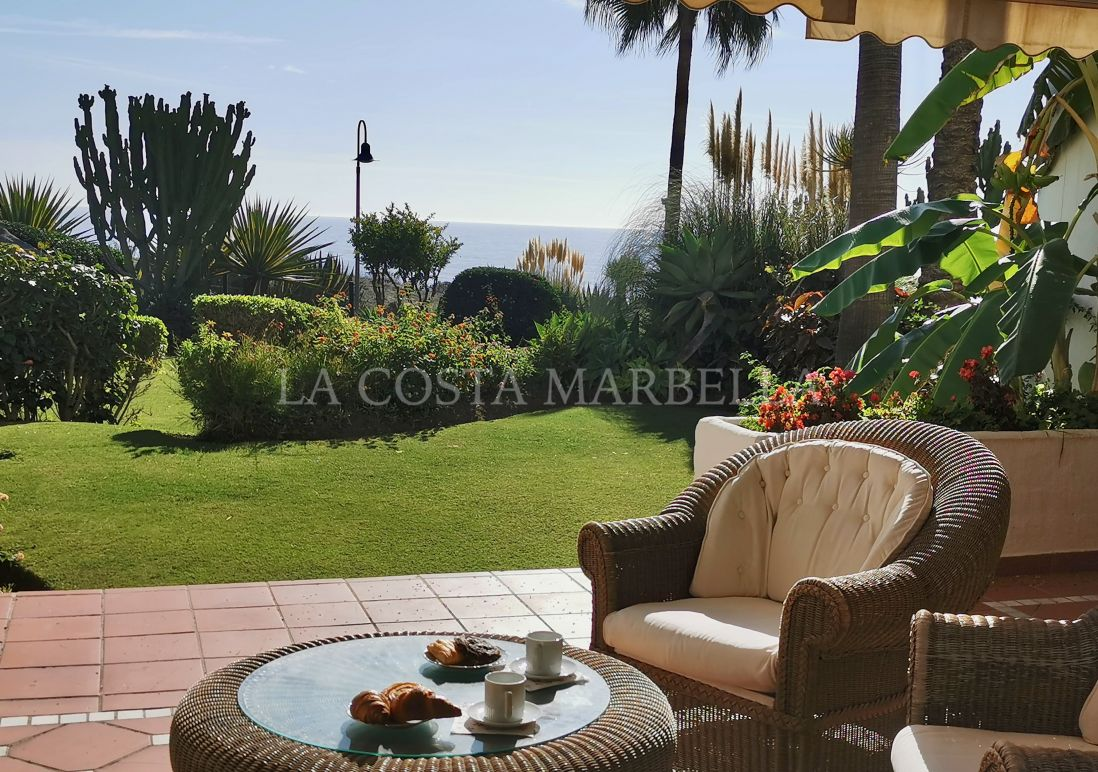 Estepona, Beach front apartment with sea views with garden