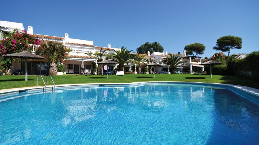 Marbella Ost, Charmantes Townhouse in Strandlage zum Verkauf in Playas Andaluzas in Marbella